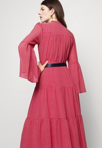 MICHAEL Michael Kors - PRINTED BELTED SHIFT DRESS - Shirt dress - crimson - 5