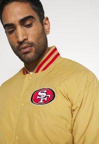 New Era - NFL SAN FRANCISCO 49ERS NFL TEAM WORDMARK - Giacca sportiva - gold - 3