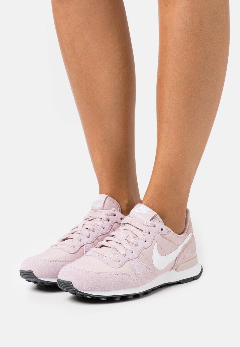 Nike Sportswear - INTERNATIONALIST - Joggesko - champagne/white/black