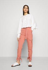 Holzweiler - SKUNK - Cargo trousers - dust pink - 1