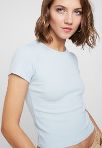 BDG Urban Outfitters - BABY TEE - T-shirts med print - blue - 4