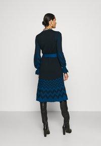 Diane von Furstenberg - CHELSEY DRESS - Jumper dress - black/harringbone dark ocean - 2
