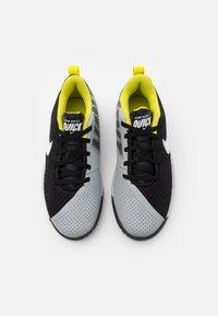 Nike Performance - TEAM HUSTLE QUICK 2 UNISEX - Basketball shoes - black/white/light smoke grey/high voltage - 3