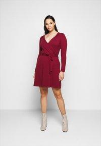 Vero Moda Curve - VMKARISARA WRAP DRESS - Pletené šaty - cabernet - 0