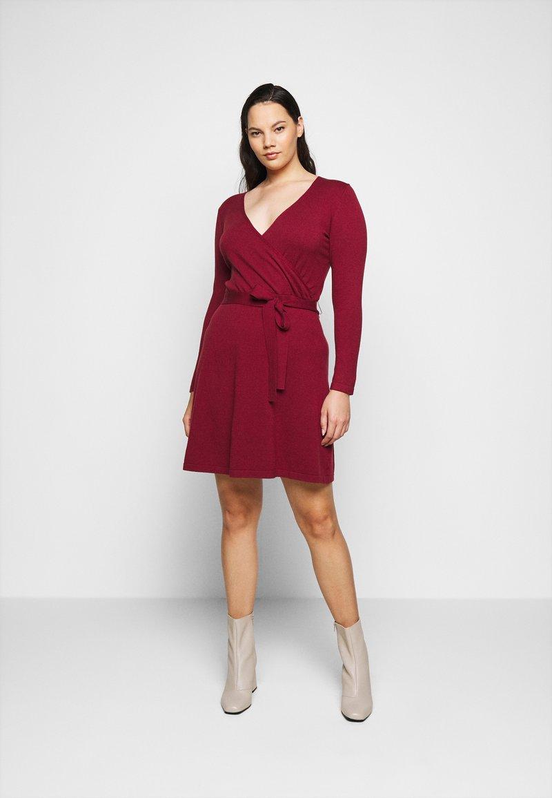 Vero Moda Curve - VMKARISARA WRAP DRESS - Pletené šaty - cabernet