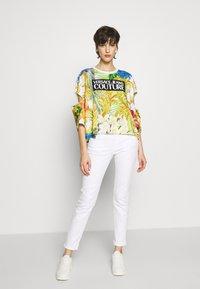 Versace Jeans Couture - LADY - T-shirt print - bianco ottico - 1