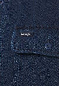 Wrangler - OVERSHIRT - Tunn jacka - dark indigo - 6