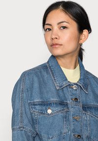ONLY Petite - ONLRAVE LIFE JACKET - Kurtka jeansowa - medium blue denim - 4