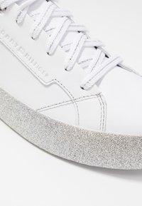 Tommy Hilfiger - GLITTER FOXING DRESS SNEAKER - Sneakers - white/silver - 2