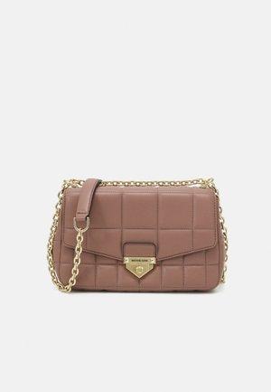 SOHOLG CHAIN - Handbag - dark fawn