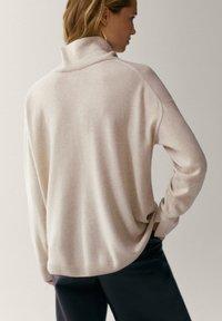 Massimo Dutti - MIT WEITEM AUSSCHNITT - Pullover - beige - 1