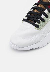 adidas Originals - GEODIVER - Sneakers basse - footwear white/halo green/core black - 5