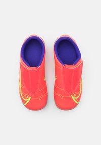 Nike Performance - MERCURIAL JR VAPOR 14 CLUB MG UNISEX - Moulded stud football boots - bright crimson/metallic silver - 3