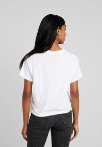 Levi's® - GRAPHIC VARSITY TEE - Print T-shirt - fill white - 2