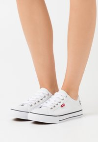 Levi's® - STAN BUCK LADY - Sneakers basse - brilliant white - 0