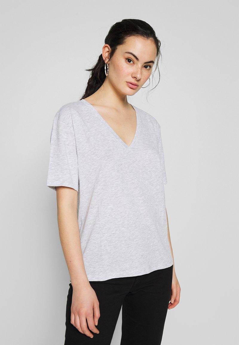 Weekday - LAST VNECK - T-shirts - grey melange