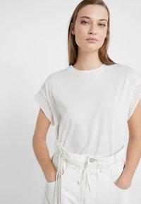 CLOSED - WOMEN´S TOP - Print T-shirt - ivory - 5