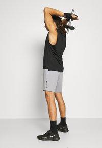 4F - Men's training shorts - Sports shorts - grey - 3