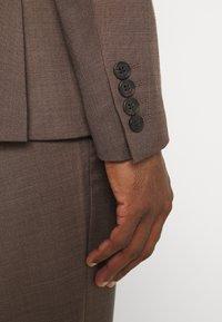 Isaac Dewhirst - PLAIN SUIT - Kostym - brown - 9