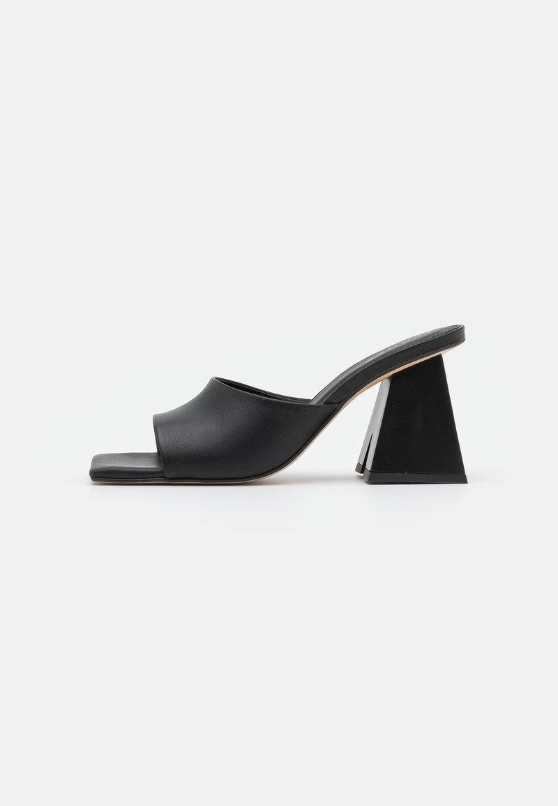 ALOHAS - DUNE - Pantofle na podpatku - black