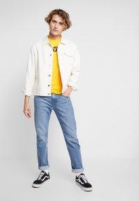 Levi's® - HOUSEMARK GRAPHIC TEE - Print T-shirt - yellow/multi-coloured - 1