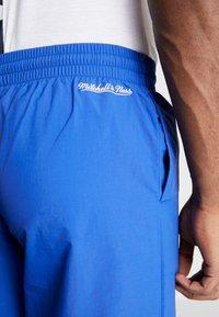 Mitchell & Ness - MIDSEASON PANT - Pantalon de survêtement - royal/orange - 5