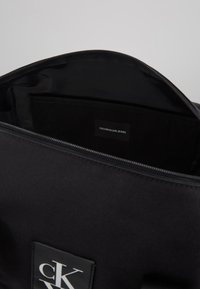 Calvin Klein Jeans - SPORT ESSENTIALS  DUFFLE  - Sports bag - black - 4