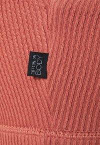 Cotton On Body - WORKOUT CUT OUT CROP - Reggiseno sportivo con sostegno leggero - chestnut - 2