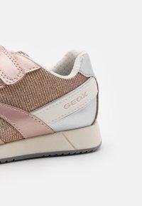 Geox - JENSEA GIRL - Sneakers basse - rose/white - 5
