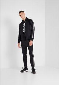 Neil Barrett BLACKBARRETT - LOGO TAPE MOCK NECK TRACK - Verryttelytakki - black/white - 1