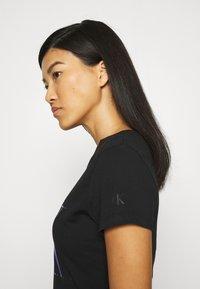 Calvin Klein Jeans - DISTORTED IRIDESCENT TEE - Print T-shirt - black - 4
