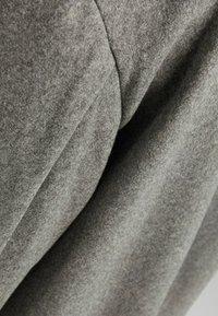 Bershka - MIT FALLENDEN SCHULTERNÄHTEN  - Klasický kabát - grey - 5