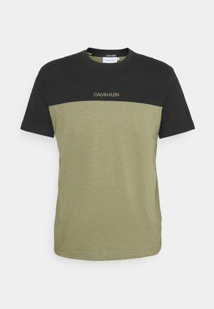 COLOR BLOCK - T-shirt med print - green
