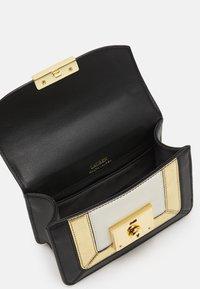 Lauren Ralph Lauren - PIECED PEBBLE - Torba na ramię - black/antique gold-coloured - 4