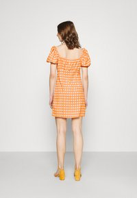 Glamorous - MINI DRESS WITH PUFF SHORT SLEEVES AND LOW SWEETHEART NECKLINE - Vestido informal - rust gingham - 2