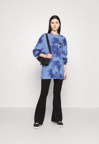 BDG Urban Outfitters - TIE DYE FLOWER - Long sleeved top - blue - 1