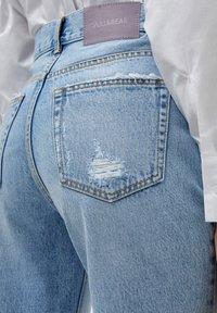 PULL&BEAR - MOM - Relaxed fit jeans - mottled light blue - 4