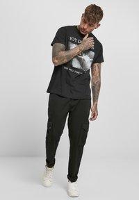 Mister Tee - HERREN JOY DIVISION TEAR US APART - Print T-shirt - black - 1