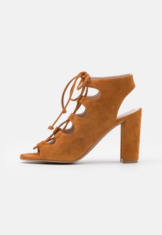 TURRI - Sandaalit nilkkaremmillä - frame