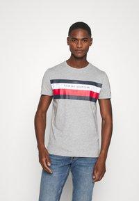 Tommy Hilfiger - STRIPE TEE - T-shirt z nadrukiem - grey - 0