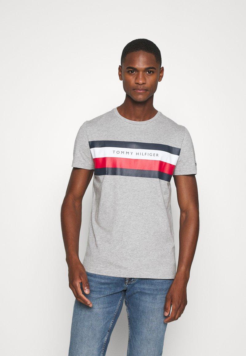 Tommy Hilfiger - STRIPE TEE - T-shirt z nadrukiem - grey