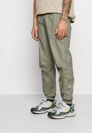RELAXED CUFFED TRAINER - Cargo trousers - shamrock