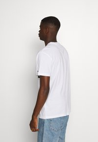Tommy Jeans - PIECED BAND LOGO TEE - T-shirt imprimé - white