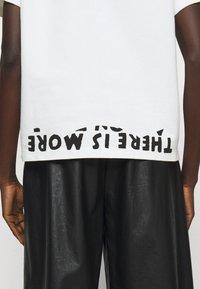 MM6 Maison Margiela - Camiseta estampada - white - 5