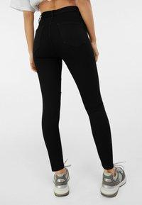 Bershka - MIT RISSEN  - Jeans Skinny Fit - black - 2
