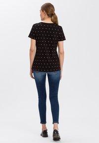 Cross Jeans - MIT ARM - Print T-shirt - black - 2