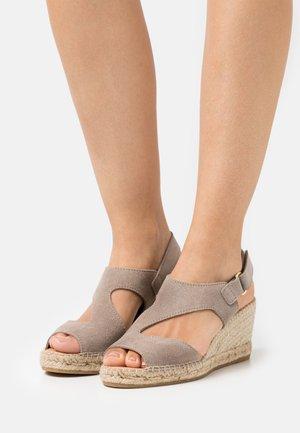 ANIA - Sandály na platformě - grau