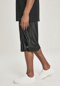 Southpole - Shorts - black/black - 3