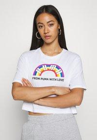 Puma - PRIDE GRAPHIC TEE - T-Shirt print - white - 0