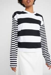 Opening Ceremony - CROPPED STRIPE - Long sleeved top - black/white - 5